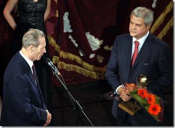 2003-12-15-vip-inmanarea-premiului-omul-anului-2003-premierului-adrian-nastase-de-catre-regele-mihai-i