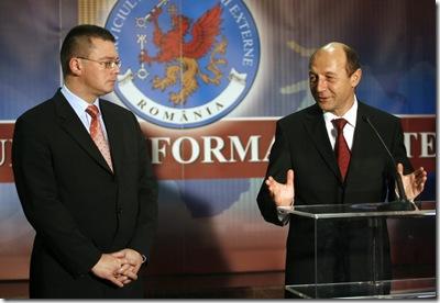 Presedintele Romaniei, Traian Basescu (D), tine un discurs alaturi de noul director al SIE, Mihai Razvan Ungureanu (S), la sediul Serviciului de Informatii Externe, din Bucuresti, joi, 6 decembrie 2007. BOGDAN STAMATIN / MEDIAFAX FOTO