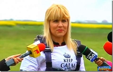 elena-udrea-a-sarit-cu-parasuta-de-1-mai-257694